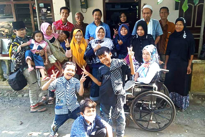 Muinatul Khoiriyah (center, white hijab) with Rumah Inklusif core team and people with disabilities