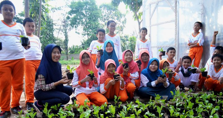 Some elementary school students in a GO GREEN campaign activity | Photo: Rani Amrista
