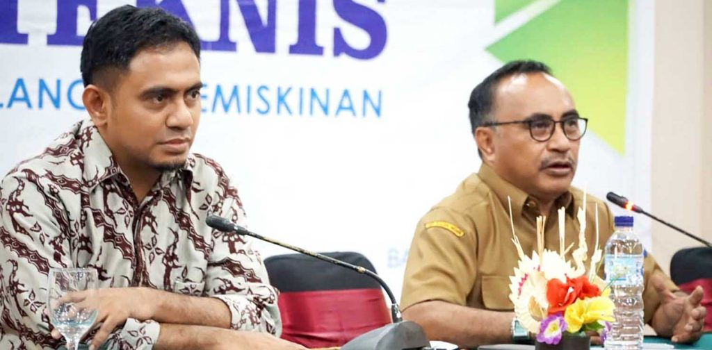 Arif (wearing batik) was with the Head of NTB Regional Planning Agency in a technical assistance meeting in Mataram, October 30, 2018 | Photo: Muhammad Arif Tasrif